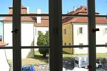 V bývalé konírně Starého zámku vzniká knihovna, v bývalé tvrzi muzeum