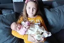 Šťastná Šarlota (7) Šatrová chová v náručí sestřičku Elizabeth, která přišla na svět 27. ledna 2020. Manželé Šárka a Petr si dcerku odvezli domů do Berouna.