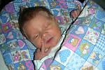 ADAM Kosina se narodil 20. dubna 2018 do hokejové rodiny. Adámkovy porodní míry byly 50 cm a 3,41 kg. Manželé Aneta a Martin Kosinovi si synka odvezli domů do Hořovic, kde se na brášku těšili Denis (8 let) a David (3 roky).