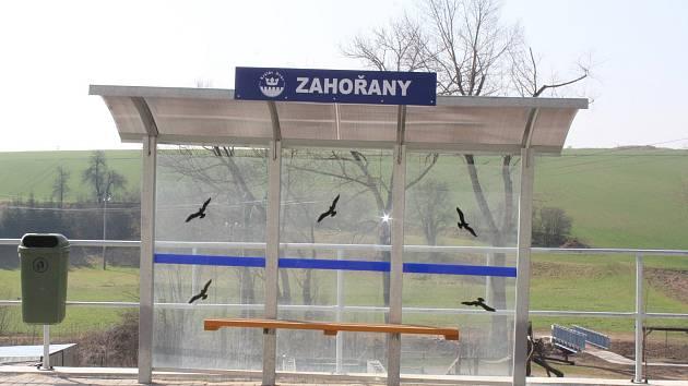 Obyvatelé Zahořan se letos dočkali dalšího úseku chodníku, nové lávky přes potok i autobusové zastávky.