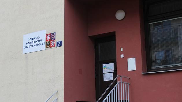 Mateřská škola sídlí ve stejném areálu jako Domeček Hořovice. Nyní využívá čtyři areály a celkově deset tříd, k dispozici má i rozlehlou zahradu.