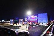 Při nehodě tří vozidel na dálnici D5 u Rudné zemřel člověk.