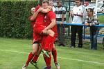 Komárov (v červeném) vyřadil z poháru Hořovicko. Tady slaví rozhodující gól Jan Mojdla.