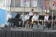Na Husově náměstí v Berouně se ve čtvrtek odpoledne uskutečnila hudební přehlídka  základních uměleckých škol. Její průběh pokazilo deštivé počasí.
