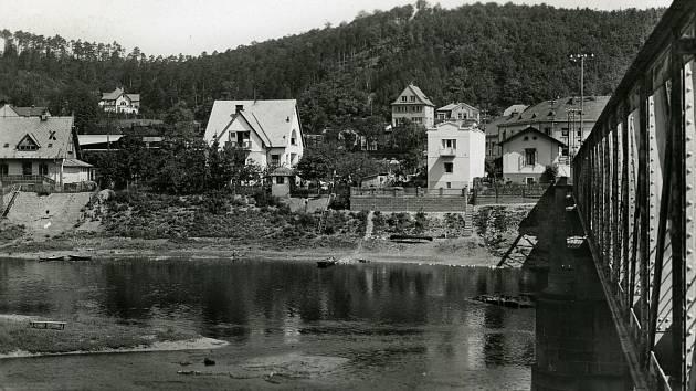 Řeka Berounka rozdělila obec na dvě poloviny. Dříve přes ni jezdil převozník. Desítky let, už lidé využívají pevný most.