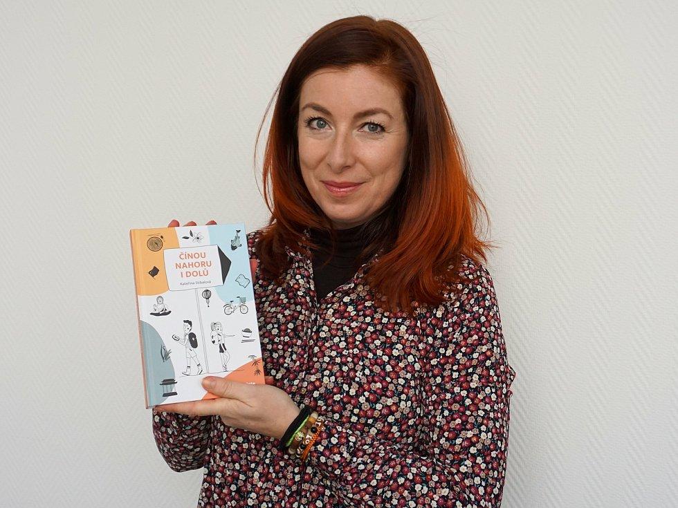 Kateřina Stibalová se svojí knihou Čínou nahoru i dolů.