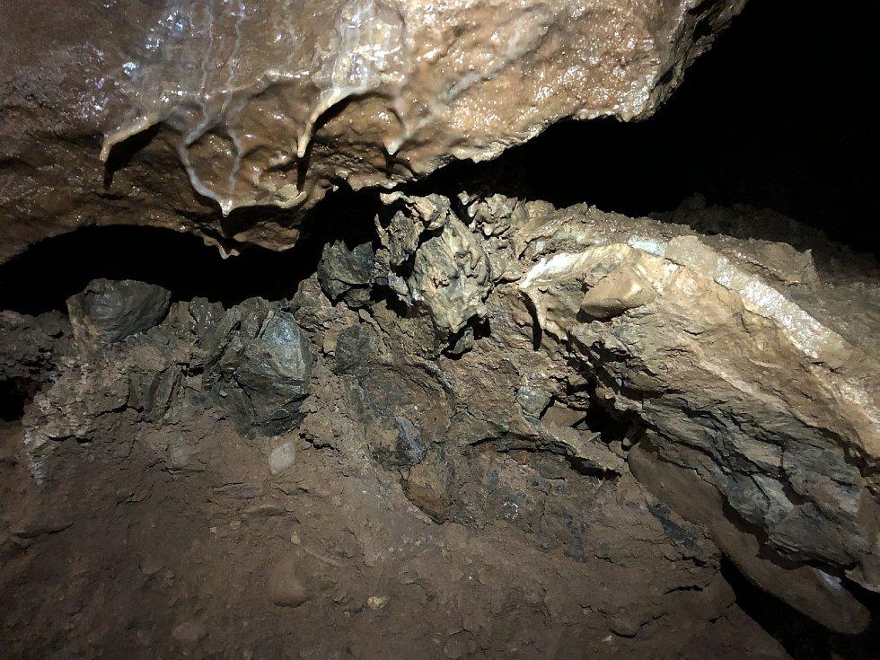 Krasová terasová jeskyně u Tetína.