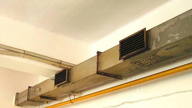 Vzduchotechnika v kuchyni ve školce Pod Homolkou je v katastrofálním stavu.
