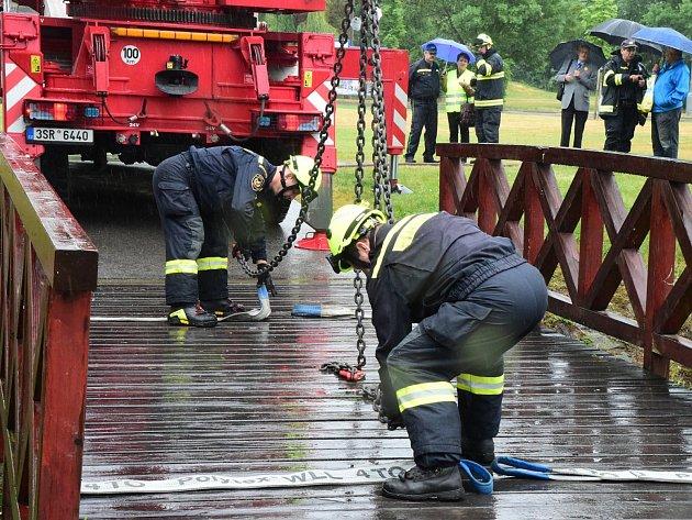 V Berouně se uskutečnilo další cvičení protipovodňové ochrany. Zvedala se při něm také lávka přes Vrážský potok.