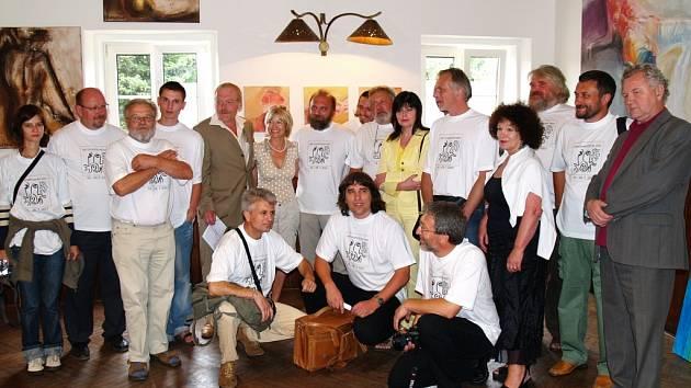 Účastníci všeradického sympozia se oblékli do bílých triček.  Mezi nimi je i Bohumil Stibal.