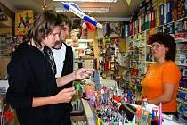 V berounském papírnictví v Kostelní ulici je na konci srpna a začátku září stále plno.