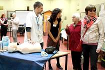 NÁVŠTĚVNÍKY akce Představme se lákaly i ukázky první pomoci zdravotníků místní nemocnice.