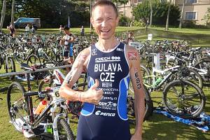 František Bulava slaví třetí místo na Havaji.