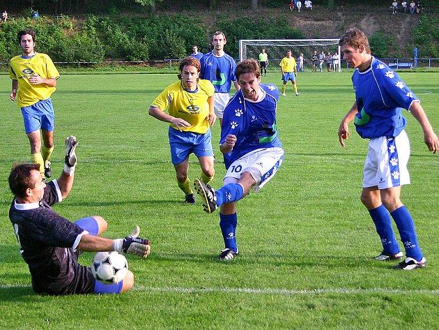 Domácí Oldřich Dubský (druhý zprava) byl jedním z nejlepších hráčů utkání. Výborný výkon ale golem korunovat nedokázal. Dvě šance mu zlikvidoval brankář Šmrha a v jednom případě jeho pokus zastavilo břevno.