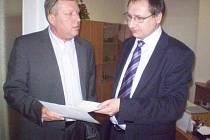 Poslanec Richard Dolejš (vpravo) se starostou Berouna Jiřím Besserem