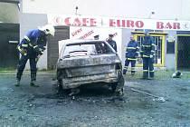 Žháři zapálili v Hostomicích v sobotu 28. srpna další vůz