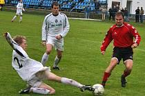 Záložník Bzové Martin Nademlejnský (vpravo) v utkání s Admirou Praha  skóroval