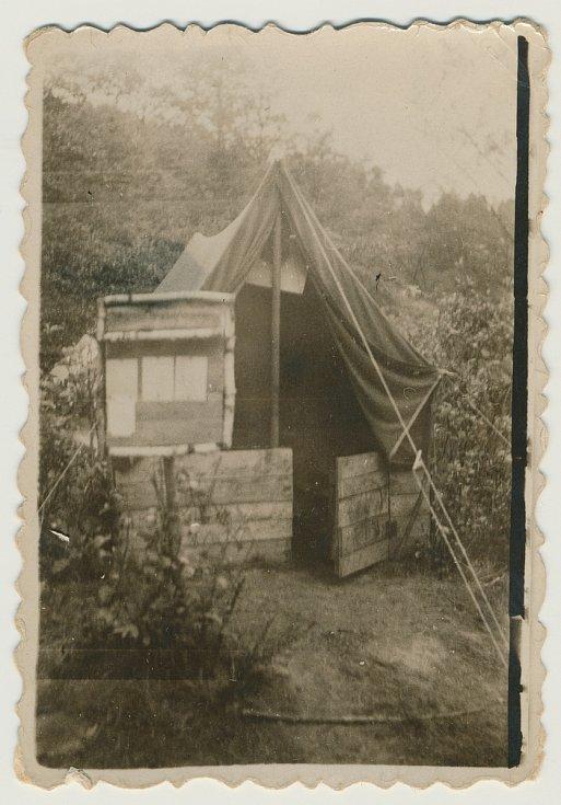 Junák Komárov (1945 - 1948). Skautský tábor u Ostrovce (1947): stan vedoucího Josefa Krupičky.