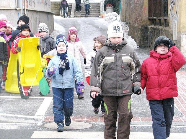 Komu namrzlé chodníky nevadí? No přeci dětem.
