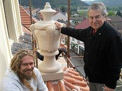 Zdický kameník Dalibor Šebesta (vlevo) s jáhenem Josefem Jonášem u nové barokní vázy.