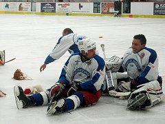 Na žebrácké hokejisty házeli diváci opět plyšáky.