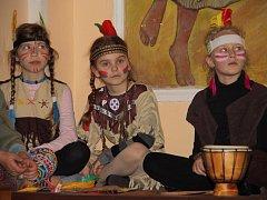 Hudebně dramatický pořad plný zajímavých indiánských příběhů si děti pořádně užily.