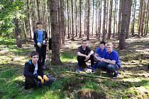 Komárovské děti v lese u Neřežína.