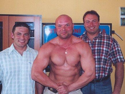 Berounský kulturista Roman Adamecký (uprostřed) je svým sponzorům vděčný za podporu.