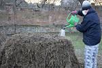 Práce na horkém kompostu.