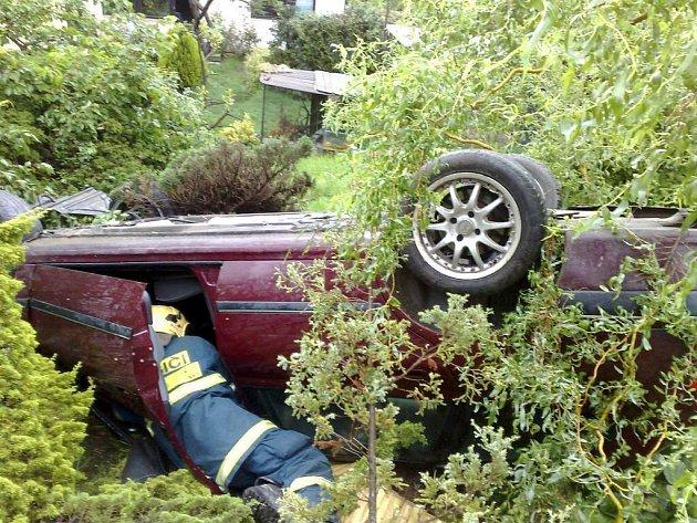 Auto skončilo v zahradě