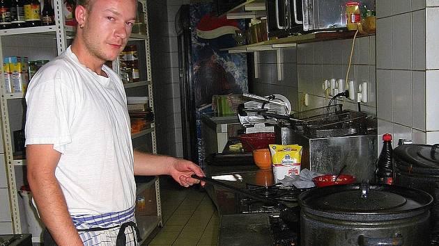 Zaměstnanci restaurací jsou v kuchyních vystaveni teplotám dosahujících padesáti stupňů.
