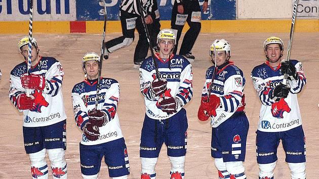 Po vítězném zápase si hokejisté užili děkovačku s fanoušky