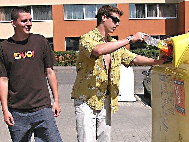 Třídit odpad , mezi který v současné době patří i plastové lahve,  se už naučili v Berouně i mladí lidé.