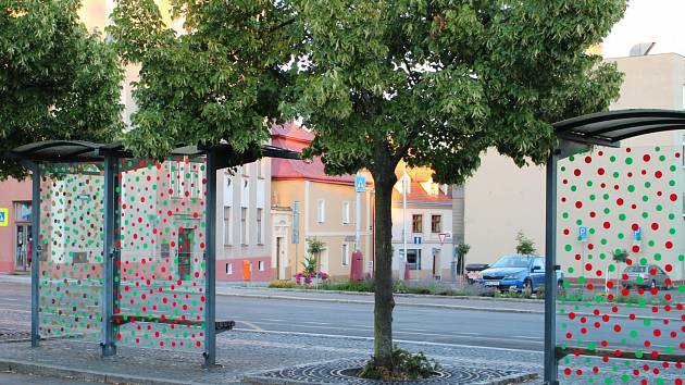 Tyto zastávky v Mladé Boleslavi jsou díky hustému polepu pro ptáky bezpečné.
