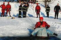 Profesionálí hasiči při nácviku zásahu záchrany osob při proboření v ledu.