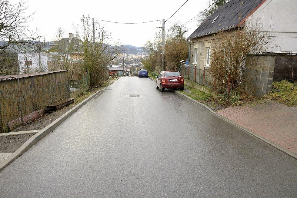 Nejužší část ulice Na Veselou, kde se musí při parkování improvizovat.