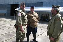 Pozvání do on-line rozhovoru Berounského deníku přijal předseda zdického Army muzea Robert Křikava (uprostřed)