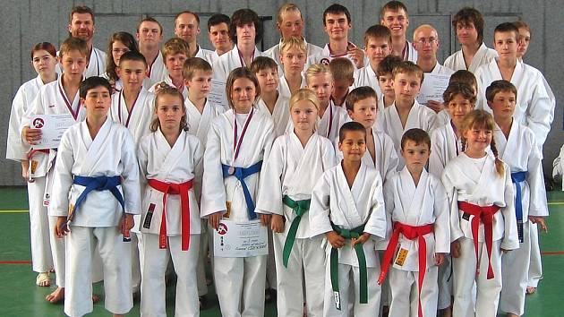 Berounští karatisté Ippon klubu Shotokan na krajském mistrovství se svými soupeři doslova zametli, když v počtu zisku medailí jasně zastínili ostatní kluby.