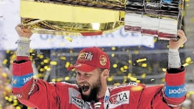 Martin Růžička s vítězným pohárem.
