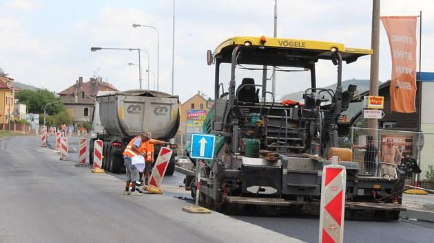 Na silnici v Plzeňské ulici se začal pokládat nový asfalt.