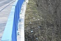 Místo u berounského Goslarského mostu se stalo smetištěm roušek.