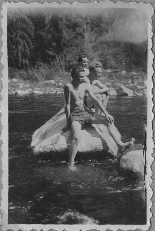 Junák Komárov (1945 - 1948). Hledání tábora na řece Vltavě - Zvíkov (1948): na fotografii: Jindřich Klekner (1926 - 1988) - uprostřed, dále Sáša Křikava a Josef Šána.