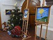 V berounském Muzeu Českého krasu vystavuje své obrazy s vánoční a zimní tématikou malířka Lucie Suchá.