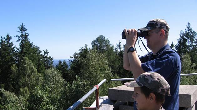 Z rozhledny je vidět Temelín i Klrušné hory