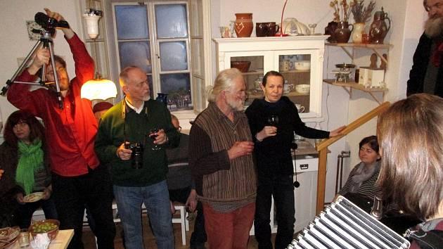 Václav Dyntar, který patří mezi skalní účastníky berounských Hrnčířských trhů, spojil svou uměleckou tvorbu s tradicí štěchovické keramiky. Výstava má úspěch.