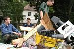 V roce 2002 sebrala rozvodněná Berounka desítkám rodin v Srbsku, Karlštejně, Nižboru i Hýskově nejen střechu nad hlavou. Mnohým z nich zůstaly jen šaty, co měli na sobě.Foto: Romana Šimková a archiv Deníku