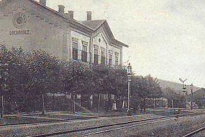 Budova lochovického nádraží stojí dodnes, byť za ta léta prošla nejednou vizuální změnou.