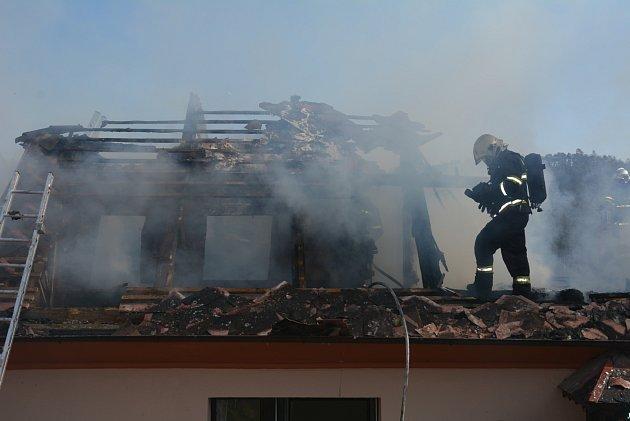 Požár rodinného domu ve Žloukovicích se škodou za jeden a půl milionu.