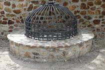 Podoba studny zapadá do stylu městských hradeb.