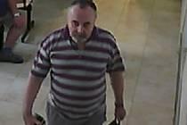 HOŘOVIČTÍ policisté pátrají po neznámém pachateli, který odcizil peněženku v prostorách Nemocnice Hořovice